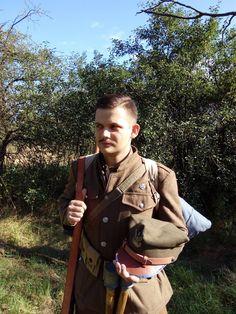 """Szeregowy, sierpień 1920 r. Mundur z demobilu amerykańskiego - kurtka m1912 oraz spodnie m1918 wraz z owijaczami. Na głowie rogatywka wz.19, w razie potrzeby zastępowana hełmem francuskim mle.15 """"adrian"""" w kolorze horizon bleu. Na wyposażenie składa się amerykański pas amunicyjny m1910, pruski chlebak m1893 wraz z manierką oraz austro-węgierski plecak górski m1913 z przytroczonymi doń płaszczem m1915 oraz menażką m1899. Uzbrojony jest w karabin mannlicher m1895, bagnet S98/05 """"liść"""" oraz…"""