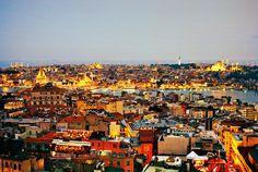 Одна из примет города — террасы на крышах. Вид с террасы ресторана Mikla (Beyazit, Meşrutiyet Caddesi 15, +90 212 293 5656, дегустационное меню $110)