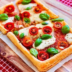 Easy Margherita Puff Pastry Pizza Puff Pastry Recipes Savory, Puff Pastry Pizza, Puff Pastry Sheets, Pizza Recipes, Easy Recipes, Spinach Puffs Recipe, Plum Tomatoes, Christmas Baking, Tray Bakes