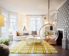 手前に天井から吊るされている円形の物体は、リラックスチェア。家の中にいて浮遊体験ができる?!