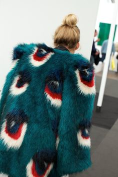 emerald green faux fur jacket with red and white pattern in dot shape, green faux fur coat with white and red pops of color Fur Fashion, Look Fashion, High Fashion, Winter Fashion, Fashion Design, Fashion Trends, Sporty Fashion, Fashion Women, Classy Fashion