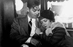 Sucedió una noche, en 1934 consigue alzarse con cinco Oscar, entre ellos el de mejor película. La trama, viene a ser como sigue: una niña rica (Claudette Colbert), estrella de las revistas de cotilleos, huye de su multimillonario padre (Walter Connolly) al no permitirle éste el capricho de casarse con un astuto cazadotes. La pobre infeliz debe viajar desde Miami hasta Nueva York para reunirse con su oportunista y engolado novio, pero los detectives contratados por su padre acechan por todas…