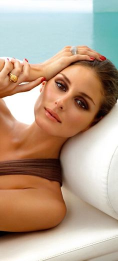 Olivia Palermo: classy elegant look with deep brown smokey eyes and coral lips, for a date during summer Wedding Hair And Makeup, Bridal Makeup, Hair Makeup, Eye Makeup, Look Olivia Palermo, Coral Lips, Smokey Eye For Brown Eyes, Beauty And Fashion, Braut Make-up