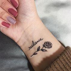 """Tatuagem feminina, juntando flores e """"resiliência"""". Algo que tem chamado muita atenção por significar uma pessoa forte. E ai, gostou?"""