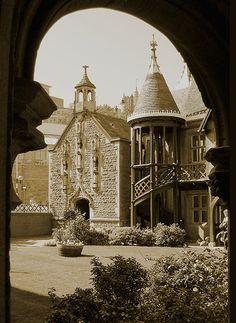 Through arches, Fosters Almshouse, Bristol