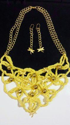 Collar de malla de flores echo a croche y decorada con perlas doradas y libélulas doradas a juego con pendientes.