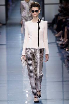 Guarda la sfilata di moda Armani Privé a Parigi e scopri la collezione di abiti e accessori per la stagione Alta Moda Autunno-Inverno 2016-17.