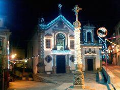 Boa noite (novamente). :) Foi-se a festa ficaram as luzes.  A Igreja da Misericórdia em Arcos de neste preciso momento.