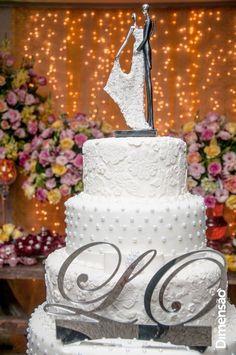 Foto por Dimensão Fotografia ❤ Lorrane & Odirlei em Vila Velha/ES. Decoração de casamento clássica + Amarelo e magenta, bolo cenográfico e topo   Classic wedding + Yellow and magenta, cake and cake top