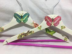 Perchas de madera decoradas en decoupage. Tema mariposas