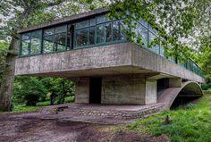 Amancio William's Bridge house (Casa Del Puente), Argentina. Built between Amancio Williams, Raised House, Walter Gropius, Concrete Houses, Cute House, Urban Planning, Brutalist, Exterior Design, Interior Architecture