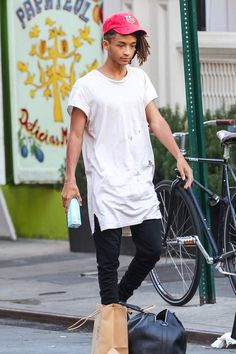 Jaden Smith ne sort pas tout juste lit, il a bien étudié son look du jourJaden Smith and his crew take over NY during Fashion Week, the young rapper/actor showed off his sweet side while displaying some PDA with his new girl in New York iCty, NY, USA on September 5, 2015. Photo by GSI/ABACAPRESS.COM | 516009_009 Los Angeles Etats-Unis United States