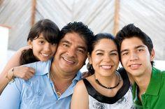 Ricongiungimento familiare: ¿Cómo se realiza la solicitud y cuáles módulos debo rellenar?     familia latina sonriente