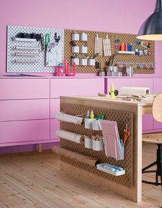 Masser af SKÅDIS opbevaringstavler i et hobbyrum med tilbehør til opbevaring af hobbyprodukter, papir og meget andet.