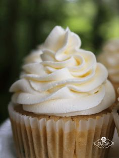 Marshmallow Buttercream Fluffy and light, this buttercream pipes easily onto cupcakes and covers cakes like a dream. Marshmallow Frosting Recipes, Buttercream Recipe, Cupcake Recipes, Cupcake Cakes, Dessert Recipes, Marshmallow Frosting With Fluff, Homemade Cupcake Icing, Marshmallow Cupcakes, Creative Cake Decorating