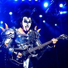 Com fogo e sangue cuspidos, pirotecnia e décadas de hits, Kiss se apresenta em São Paulo.
