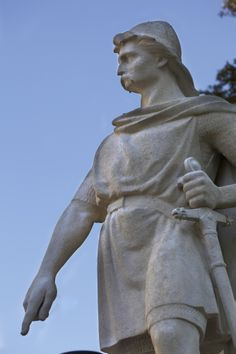 En los jardines del ayuntamiento de Rouen se encuentra la estatua de Hrolf Granger, conocido como Rollon, padre de Normandía, que ejerció como gobernador de la zona por proposición del rey Carlos II.