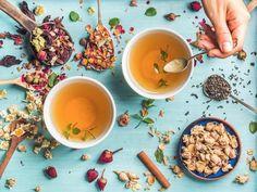 Tee kann bei der Vorbeugung und Behandlung von Erkältungen hilfreich sein. EAT SMARTER zeigt Ihnen 5 Tees, die Ihre Abwehrkräfte besonders gut stärken.