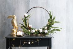 Kerststuk met staande ring Wreaths, Ring, Home Decor, Rings, Decoration Home, Door Wreaths, Room Decor, Jewelry Rings, Deco Mesh Wreaths