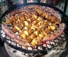 Kerrie-Sosaties ~ die beste sosaties wat jy ooit sal eet kg lamsboud & of steak & of hoenderborsies – met velletjie – in blokkies gesny (so 3 by 3 cm groot) varkspek – dun skyfies mm), in di… Braai Recipes, Beef Recipes, Cooking Recipes, South African Dishes, South African Recipes, Kos, A Food, Food And Drink, Bon Appetit
