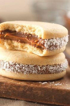 How to Make Alfajores Easily, Traditional Homemade Recipe Gourmet Recipes, Sweet Recipes, Cake Recipes, Snack Recipes, Dessert Recipes, Easy Desserts, Delicious Desserts, Argentine Recipes, Yummy Snacks
