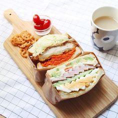Today's #lunch is #homemade big fat #Sandwich! ランチは 作ってみたかった分厚いサンドイッチ . 不器用者の見よう見まねなので どう止めて(巻いて?)いいかわかんなくて、 横に適当に貼ったテープが見えてるー笑 . . お肉屋さんの大きい鶏カツを買ったので、 食パンサイズに切ってパンパンに! . 野菜サンドの方も、スモークハムを厚切りにして ポテサラもアボカドも玉子も入れてボリューム満点で . 旦那も珍しく(滅多に言わない) おいしいー!お腹いっぱいー!となってくれて◎ . 私には多すぎたけども . . #IGersJP #LIN_stagrammer #livstagrammer #KURASHIRU