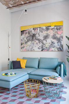 Blauwe bank op felgekleurde tegelvloer - bekijk en koop de producten van dit beeld op shopinstijl.nl