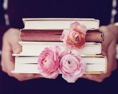 ♔ livres-fleurs-mains