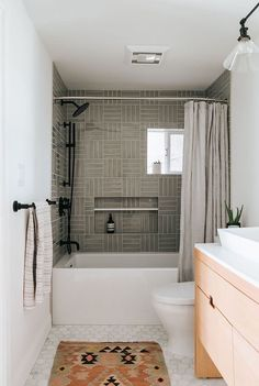 Bathroom Trends: Are Stacked Tiles the New Subway Tile? Greige shower tile in a light and bright bathroom Modern Bathroom Design, Bathroom Interior Design, Decor Interior Design, Bathroom Designs, Modern Interior, Kitchen Interior, Mid Century Modern Bathroom, Shower Tile Designs, Interior Design Pictures