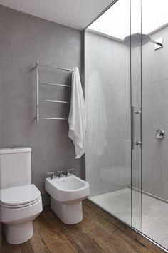 Łazienka z betonową ścianą