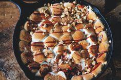 Een goddelijkreceptuit het heerlijke barbecueboek Smokey GoodnessvanJord Althuizen: s'mores skillet met smoked BBQ salted caramel. Ja, dat smaakt net zo geweldigals het klinkt.