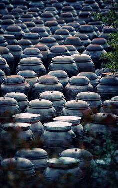 Platform for crocks of sauces and condiments. Gochujang(Red pepper paste), Doenjang(Soybean paste) and Soy sauce. Republik Korea, Living In Korea, South Korea Travel, Travel Wallpaper, Wallpaper Art, Asia, Thinking Day, Seoul Korea, Grand Tour
