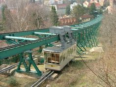 In Dresden befindet sich die älteste Schwebebahn der Welt, mit der man heute noch fahren kann. Schwebebahn fahren in Dresden: Zeiten und Preise