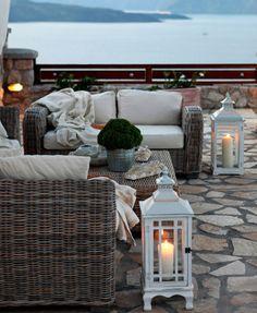las #lamparas de piso y el arreglo de mesa verde dan un aire #mediterraneo al espacio #decoracion