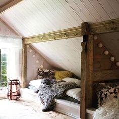 En smart måte å utnytte plassen under skråtaket på. Fyll på med puter og skinn, så blir det skjellig kosekrok for store og små. A smart way to use the space under the pitched roof Foto og reporter: @1001rom.no_brevdue #hytteliv #interiør #hytteinteriør #soverom #hyttesoverom #kosekrok #skråtak #hyttekos #inspirasjon #hytteinspirasjon #cabin #cottage #bedroom #scandinavia #scandinavian #nordic #nordichome #simple #simplelife