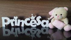Princesa em Mdf- recortado a laser Fica em pé sem apoio Cor da palavra: Branca Detalhes de coração- na letra i/ coroa- na letra e: poderão ser de outras cores. Perfeito para decorar festas, quartinhos infantis e também para decorar o quarto da maternidade para a chegada de sua princesa FOTO MERAMENTE ILUSTRATIVA. URSINHO NÃO ACOMPANHA O PEDIDO. O prazo pode variar de acordo com a disponibilidade para a confecção. Consulte! R$ 53,90