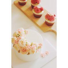 Cake & cupcakes set. #flowercake #flowercakeclass #mydearcake #mydear #korea #wilton #wiltoncake #birthdaycake #bakingclass #buttercream #baking #cake #flower #수원 #광교 #영통 #분당 #수지 #동탄 #플라워케이크 #마이디어 #마이디어케이크 #플라워케이크클래스 #베이킹클래스 #flowercupcakes #cupcakes #아기돌케익 #돌케익 #생일파티 #buttercream