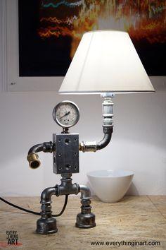 Φωτιστικό Zongo Aπό υδραυλικά εξαρτήματα γαλβανιζέ Ντουί Ε27 στο αριστερό χέρι και μαγνήτης στο δεξί Διαστάσεις: 26x12cm, ύψος 40cm, 2,5Kg