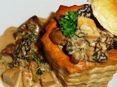 VOL AU VENT AUTOMNAL (oignons, ail, huile d'olive, chanterelles, champignons de Paris, morilles séchées, bolets, filets de poulet, saucisse de veau, vin blanc, persil, ciboulette, moutarde, paprika, crème, farine, bouillon de poule, sel/poivre)