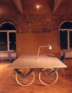 Mesa con patas de Ruedas de bicicleta -  Coworking Donosti