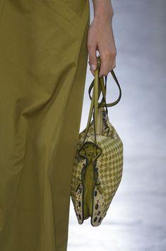Bottega Veneta at Milan Fashion Week Spring 2018 - Details Runway Photos Fashion Bags, Fashion Accessories, Mens Fashion, Milan Fashion, Purses And Handbags, Leather Handbags, Italian Handbags, Vert Olive, New Bag