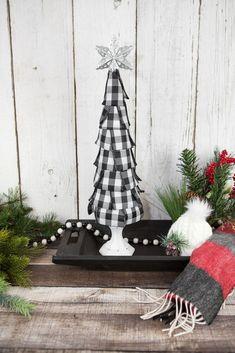 Pallet Christmas Tree, Plaid Christmas, Christmas Trees, Christmas Crafts, Christmas Goodies, Simple Christmas, Handmade Christmas Decorations, Diy For Girls, Tree Toppers
