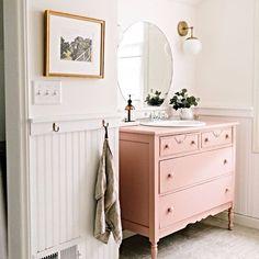 Projeto poderoso: Brianna Heiligenthal encontrou esta cômoda antiga, renovou a peça e instalou o móvel no banheiro. Ficou vintage e feminino! (via @witanddelight_) #inspiration #inspiração #casa #home #decor #trend #bathroom #banheiro #diy #pink #rosa
