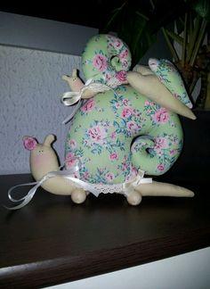 Süße Schnecke nach Tilda Vorlage mit Baby/Kind Rosen Herzen shabby grün Baby Crafts, Felt Crafts, Fabric Crafts, Chef Kitchen Decor, Baby Kind, Doll Toys, Dinosaur Stuffed Animal, Cushion, Shabby