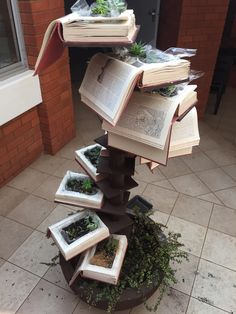 Ideia com plantas e livros antigos CDLXX www. For the reason that plantas Book Furniture, Reuse, Upcycle, Old Book Crafts, Book Sculpture, Book Projects, Diy Planters, Old Books, Garden Art