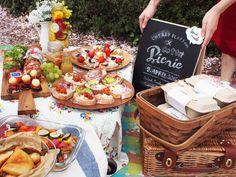 ピクニック気分を盛り上げる、ブラックボードとバスケット Secret Party, Picnic Style, Food Presentation, Summer Fun, Tea Party, Diy And Crafts, Food And Drink, Picnics, Table Decorations