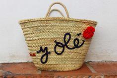 Handbox | Craft Lovers » Comunidad DIY: tutoriales y kits para todos5 formas de tunear un capazo: CORDÓN - Handbox | Craft Lovers Beach Basket, Magic Bag, Diy Clutch, Art Bag, Summer Design, Basket Bag, Summer Accessories, Summer Bags, Cute Bags