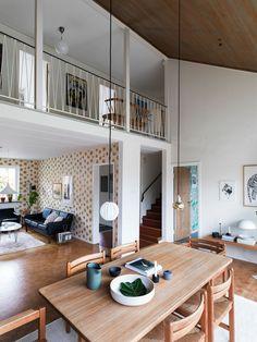 Living areas with open loft hallways Danish Interior, Scandinavian Interior Design, Beautiful Interior Design, Interior Styling, Interior Decorating, 70s Decor, Home Decor, Mid Century Modern Decor, House Wall