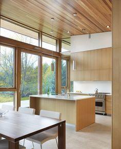 Haus von Superkül Architekten mit Moderne Küche mit Holz-Design