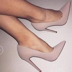 It is possible to find stiletto heels in pumps, sling-backs and boots. Nude high heels are extremely fashionable and appear perfect with black dresses. Dr Shoes, Crazy Shoes, Cute Shoes, Me Too Shoes, Shoes Heels, Prom Heels, Louboutin Shoes, Converse Shoes, Shoes Sneakers